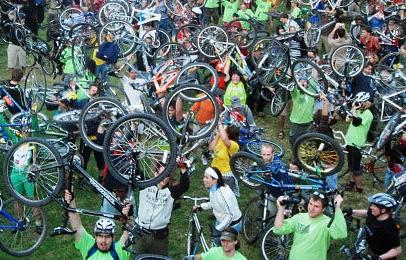 Radfahrer mit erhobenen Rädern zum Start der Critical Mass