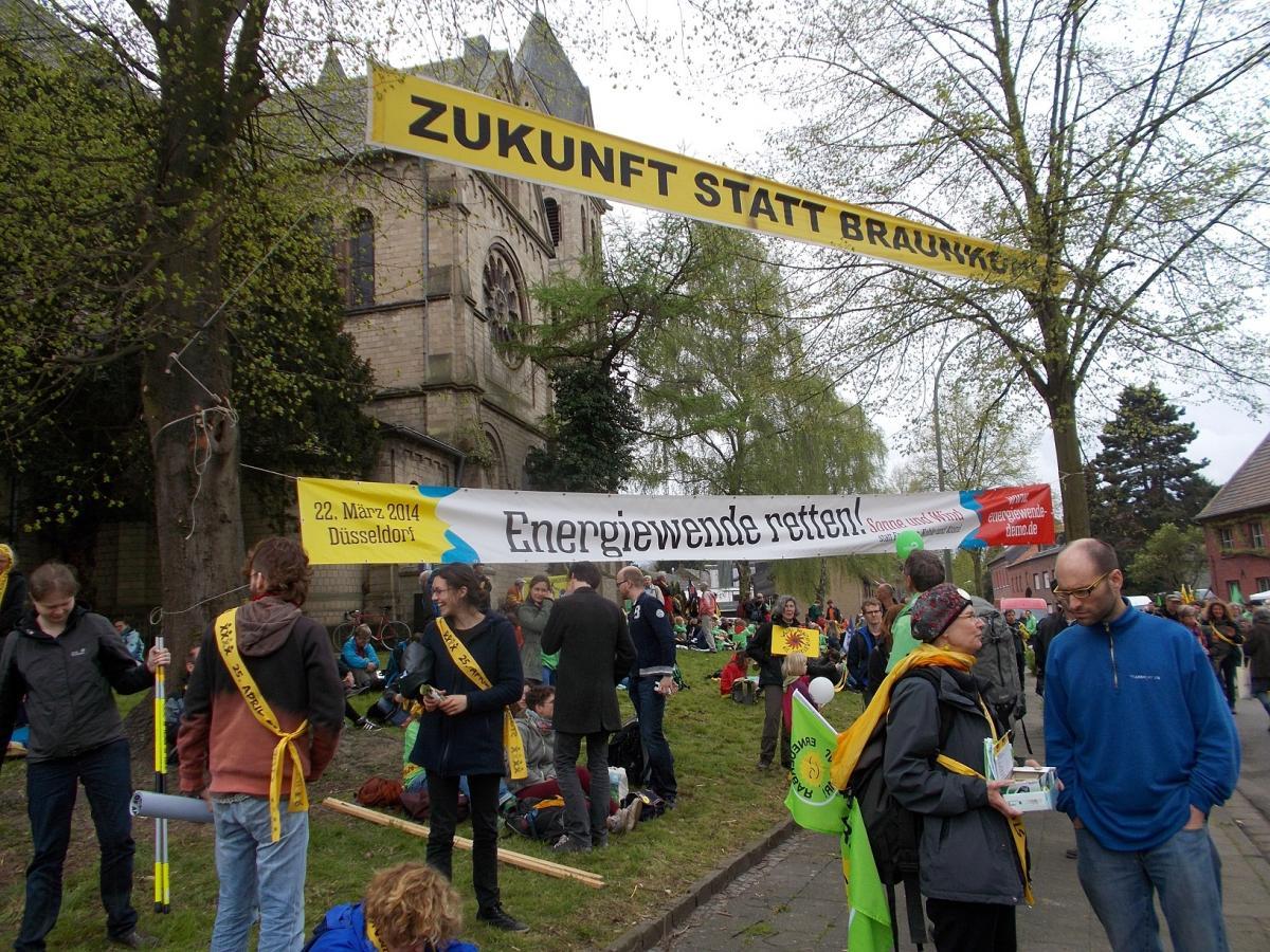 """Kundgebung mit Bannern """"Zukunft statt Braunkohle"""" vor der Kirche in Immerath"""