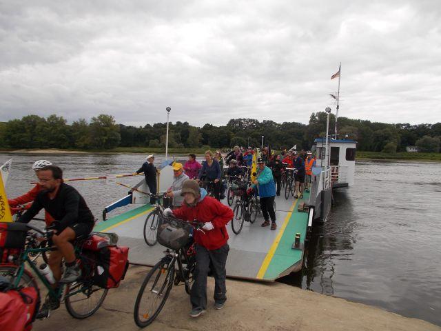 mit der Gierseilfähre über die Elbe