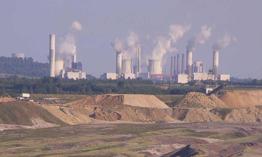 braunkohletagebeu vor dem Kraftwerk Frimmersdorf