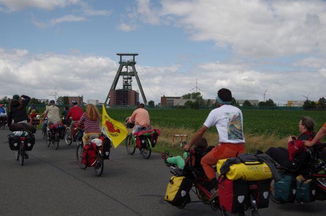 RadelerInnen auf dem Weg zum Schacht Konrad