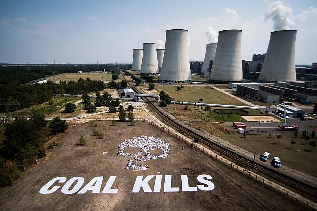 "Menschenbild Totenkopf ""Coal kills"" vor dem Kraftwerk Jänschwalde"