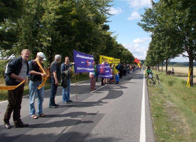 Die Menschenkette nimmt auf der Straße Gestalt an