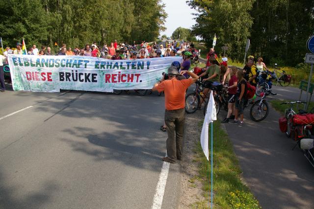 Tour de Natur 2009 - Kundgebung auf der Elbbrücke der B189 bei Wittenberge gegen die parallel geplante Brücke der A14
