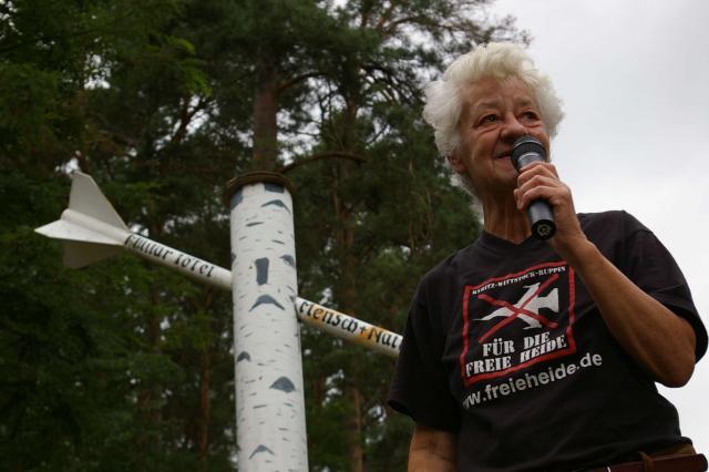 "Stopp mit Barbara Übel am Mahnmal gegen den Krieg der BI ""FREIe HEIDe"""