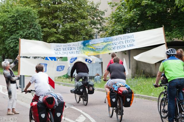 Die Tour de Natur reißt in einer symbolischen Aktion die A 143 ein