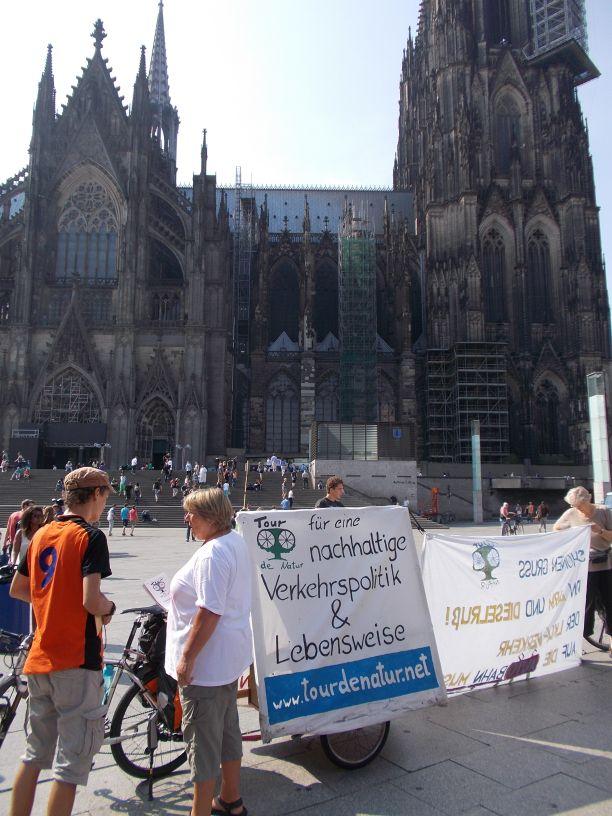Kundgebung auf dem Platz vor dem Kölner Hauptbahnhof