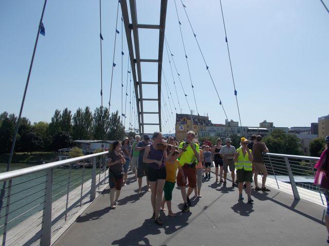 Mit Musik über die Dreiländerbrücke