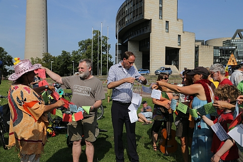 Übergabe der Petion gegen Braunkohle  an Vertreter des Landtags