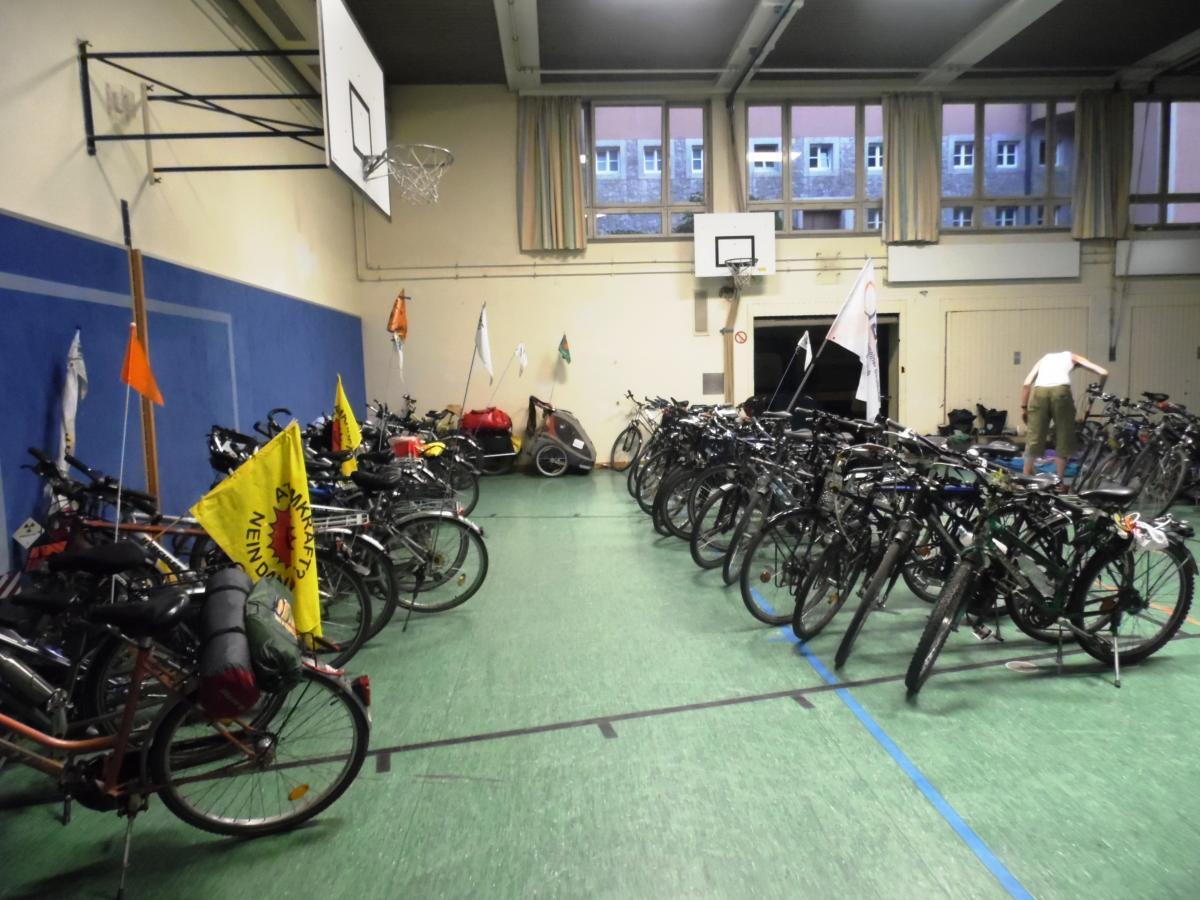 Räder ordentlich in der Turnhalle geparkt