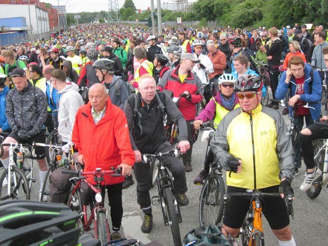 Tausende Radler warten an der Auffahrt zur Köhlbrandbrücke