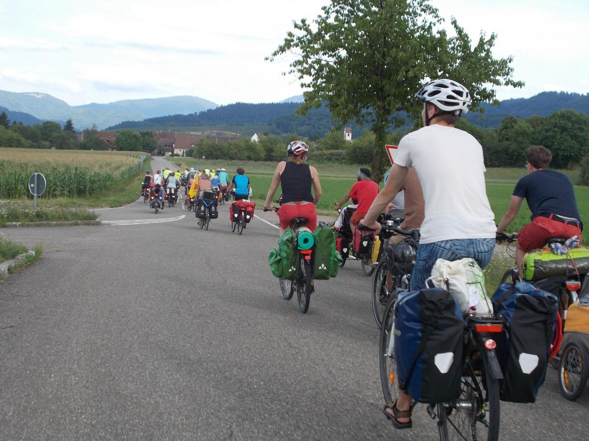 Tourradler*innen mit Blick auf Schwarzwald
