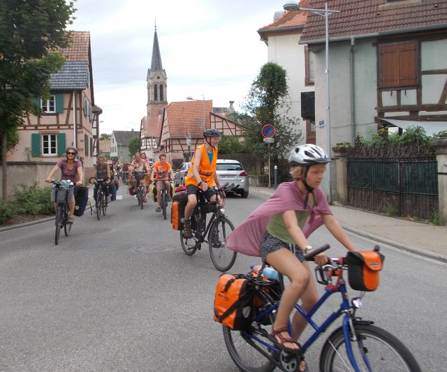 Tour radelt durch Muttersholtz (Elsass)